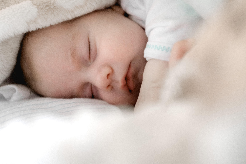 Är det normalt att nyfödda barn har bröstklumpar?