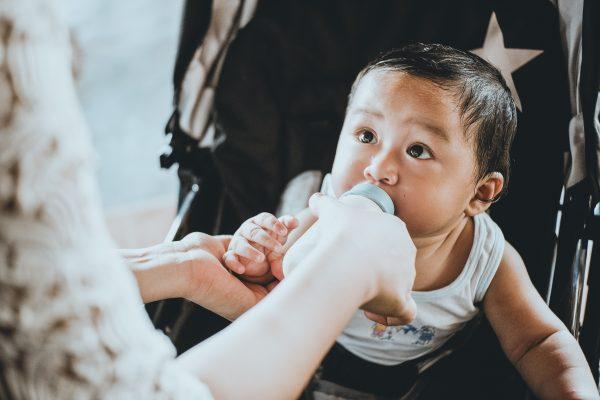 Kan en förändring av mitt barns drickvanor hjälpa med sängvätningen?